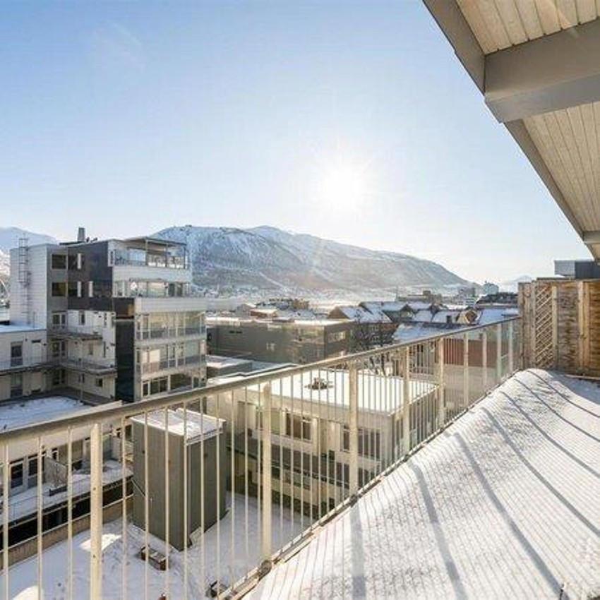 Stor balkong med fin utsikt mot Fløya