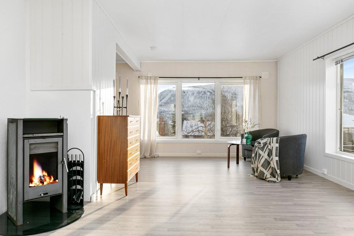 Praktisk vedfyring i stue som gir god varme