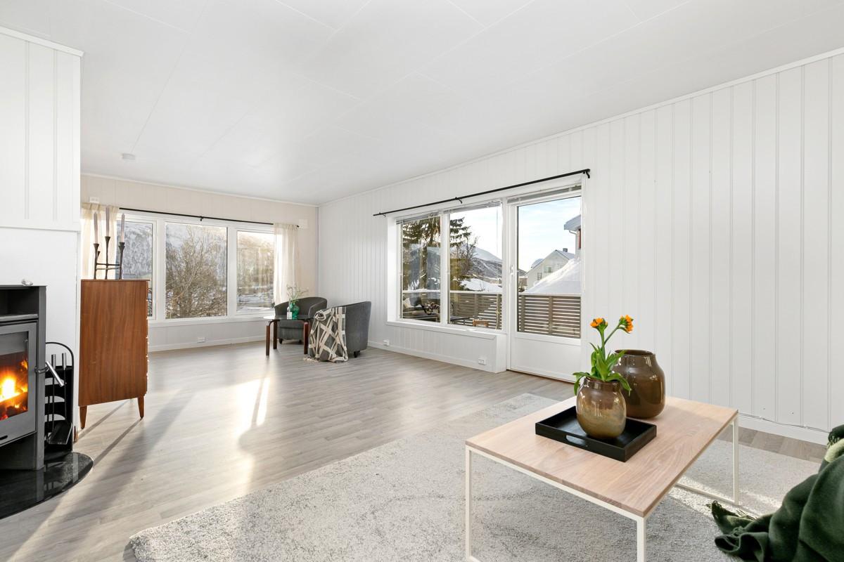 Store vindusflater i stue som sørger for godt lysinnslipp. Praktisk utgang til stor sørvendt veranda