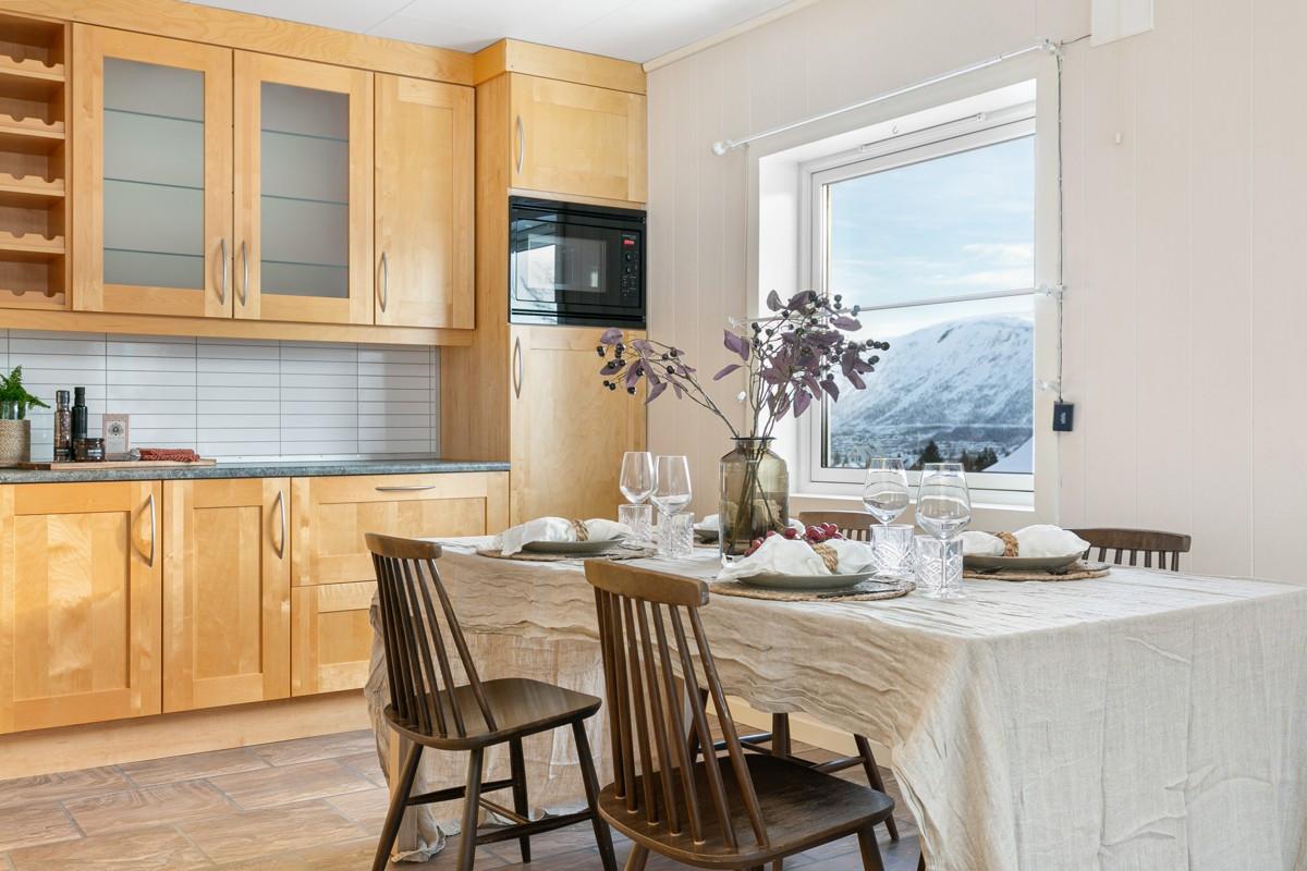 Stort vindu på kjøkkenet med fin utsikt