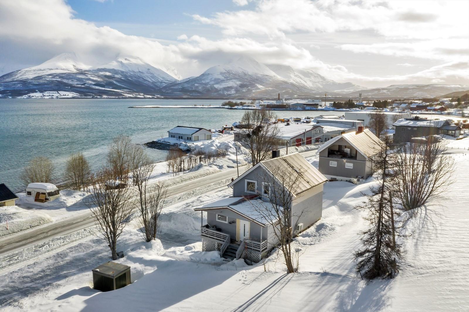 Luftfoto av beliggenhet og eiendommen.