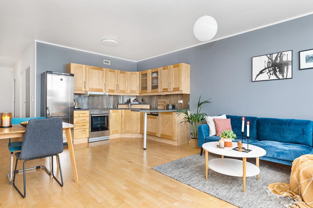 Åpen løsning i stue/kjøkken gir god romfølelse og det er god plass til spisegruppe i overgang mellom kjøkken og stue