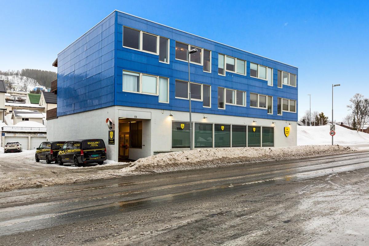 Fasade mot øst - kort veg til Eurospar og bussholdeplass med direkterute til sentrum og UNN/UiT