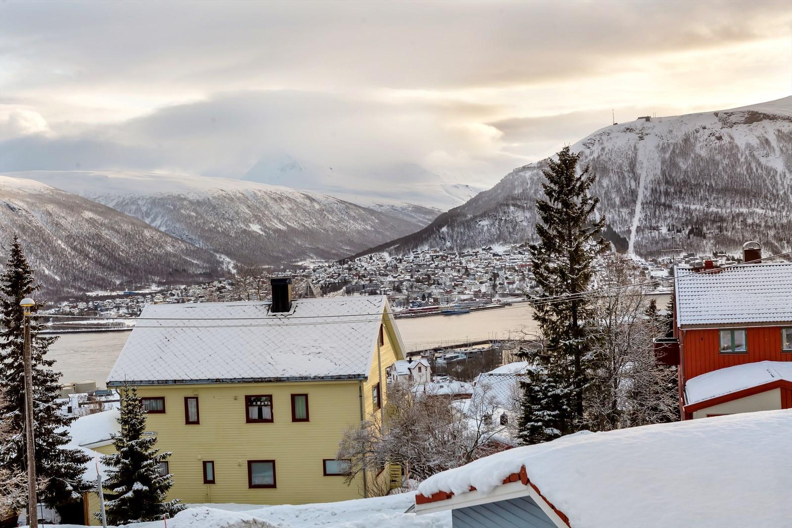 Utsikt mot Tromsdalen og Tromsdalstinden