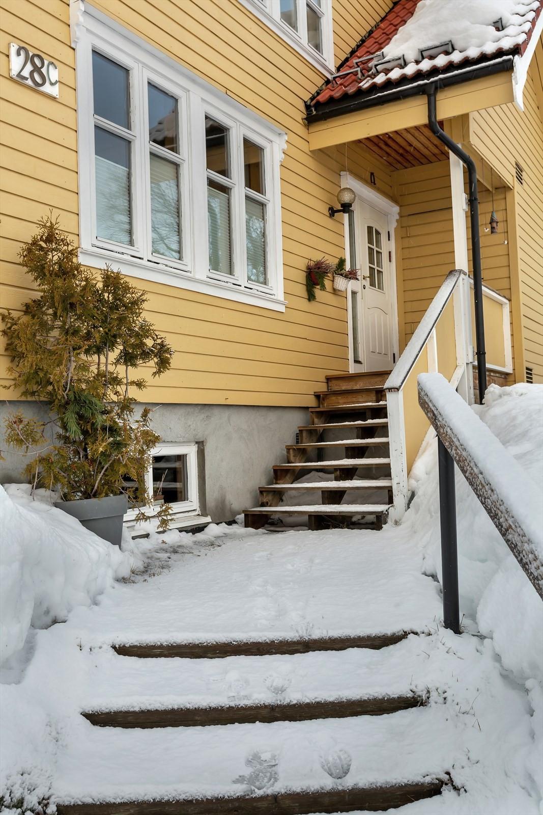 Velkommen inn! Hyggelig inngangsparti med trapper og overbygd inngangsdør.