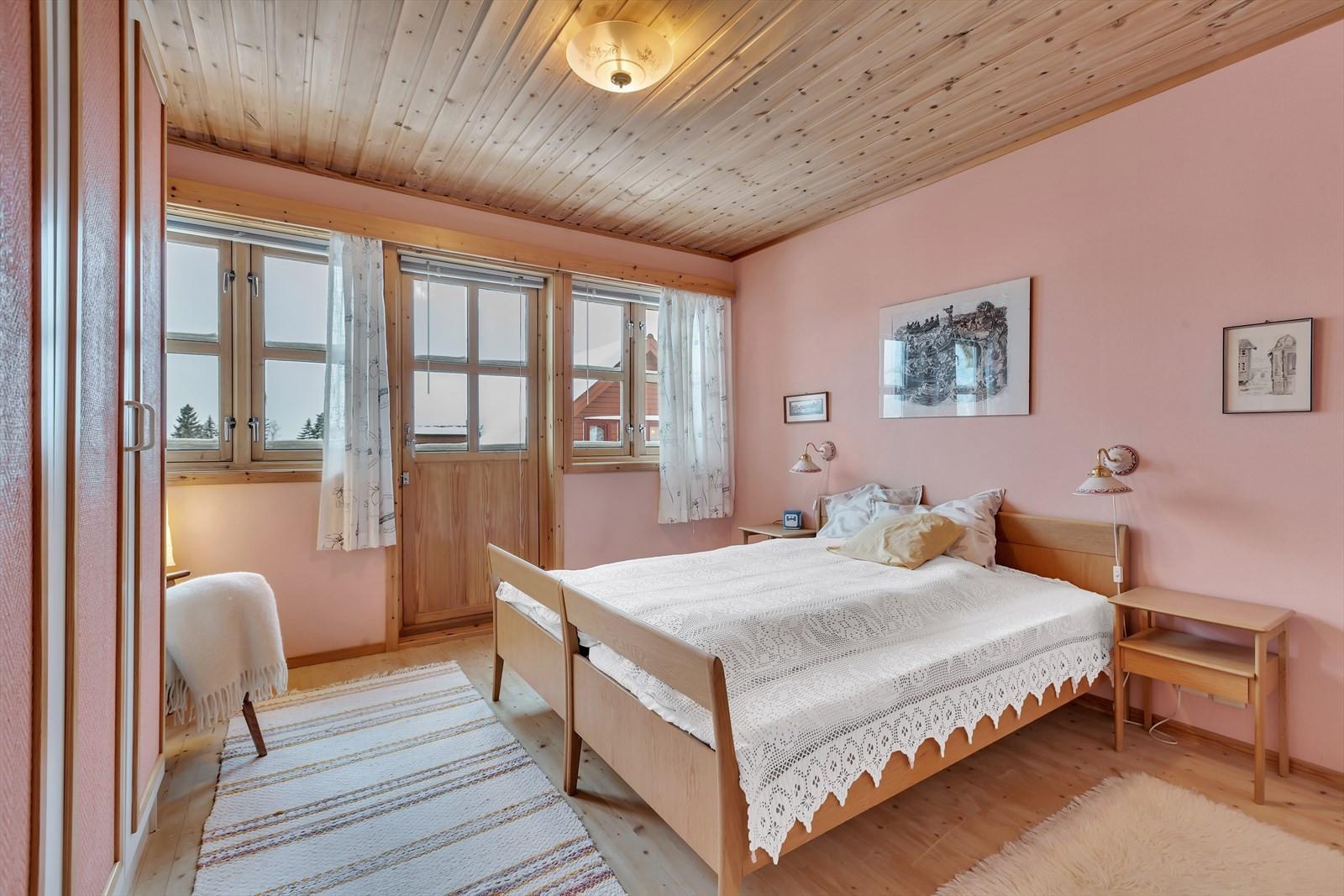 Soverom 3 på loftet - med utgang til balkong mot sør