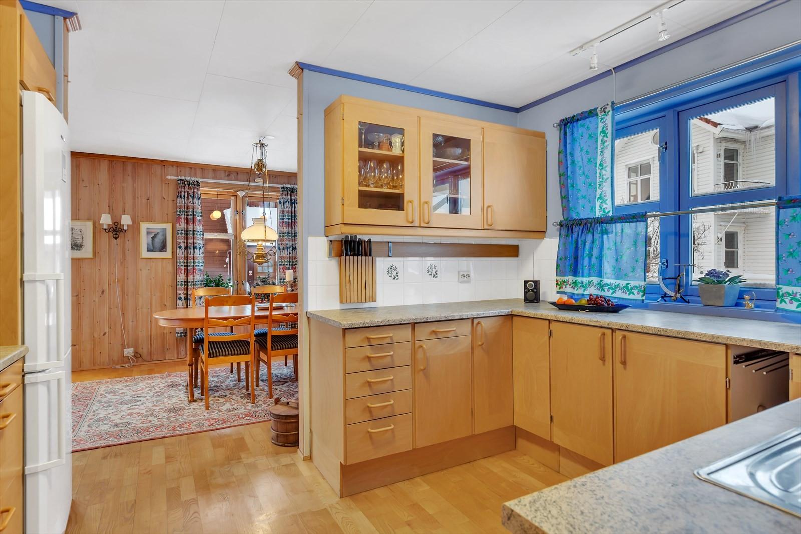 Innholdsrikt kjøkken med åpning mot spisestuen