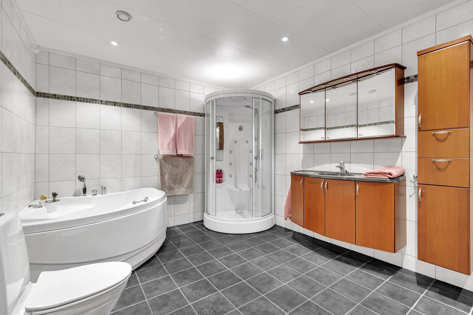 Komplett flislagt bad med både dusj og badekar