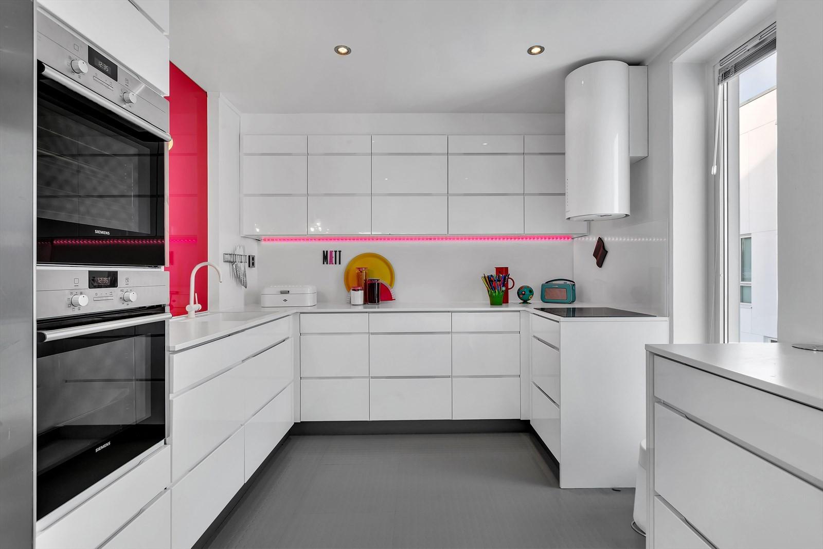 Kjøkken med flere arbeidssoner - stekeovn i høyskap