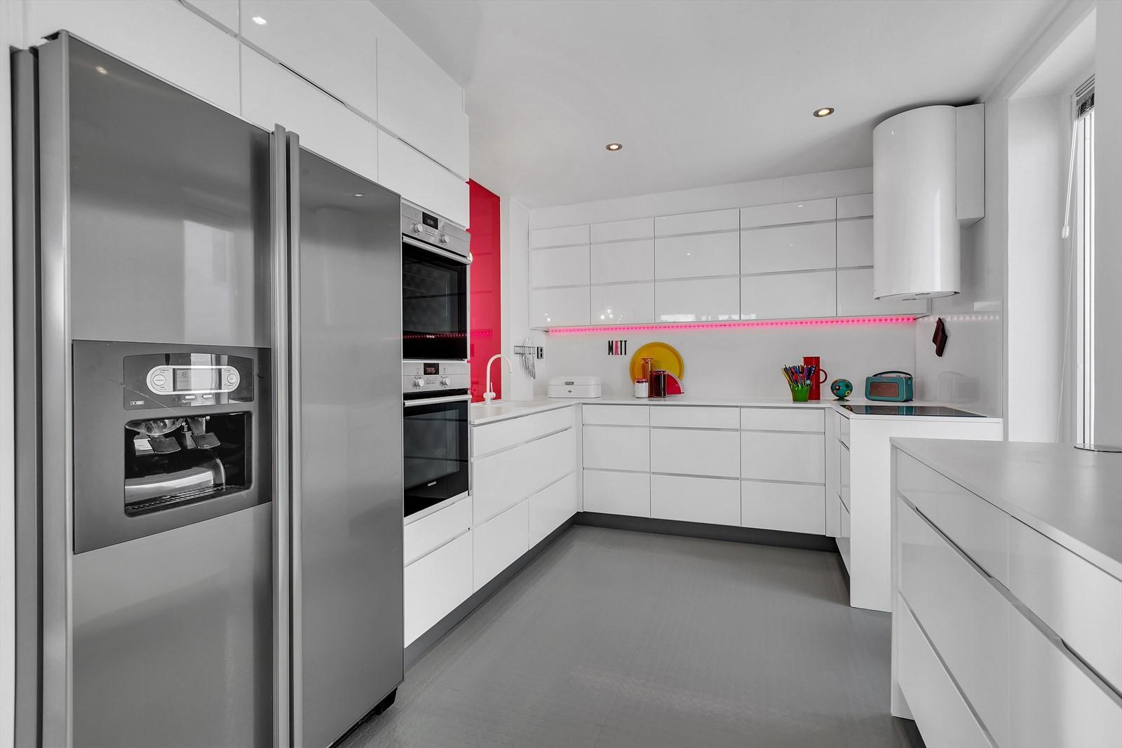 Innholdsrikt kjøkken med hvite glatte fronter
