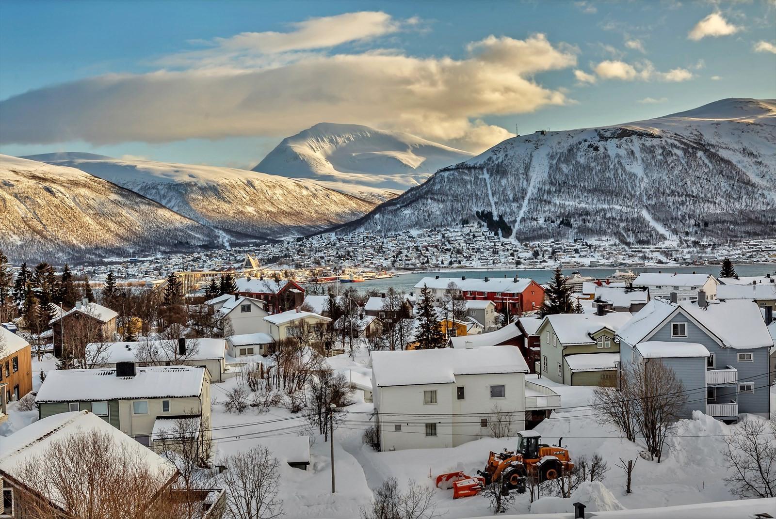 Fantastisk utsikt - Tromsøysundet, Tromsdalstinden, Fjellheisen og ...