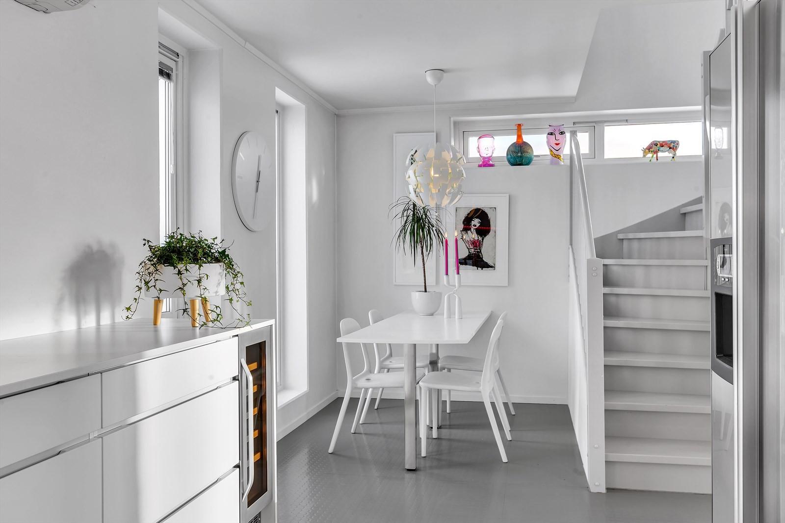 Spiseplass ved kjøkken, og trapp til toppetasjen