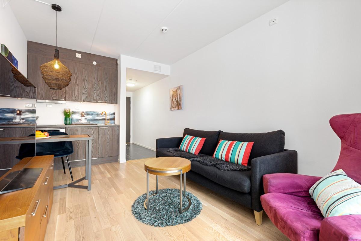 I tilknytning til leilighet er det hybel/kontor, som fint kan benyttes som soverom med eget bad