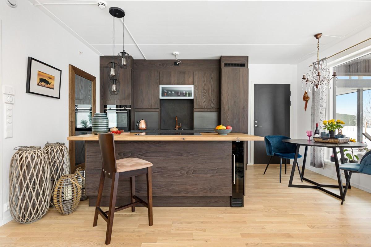 Kjøkken i moderne utførelse fra HTH og barløsning med heltre eikebenkeplate
