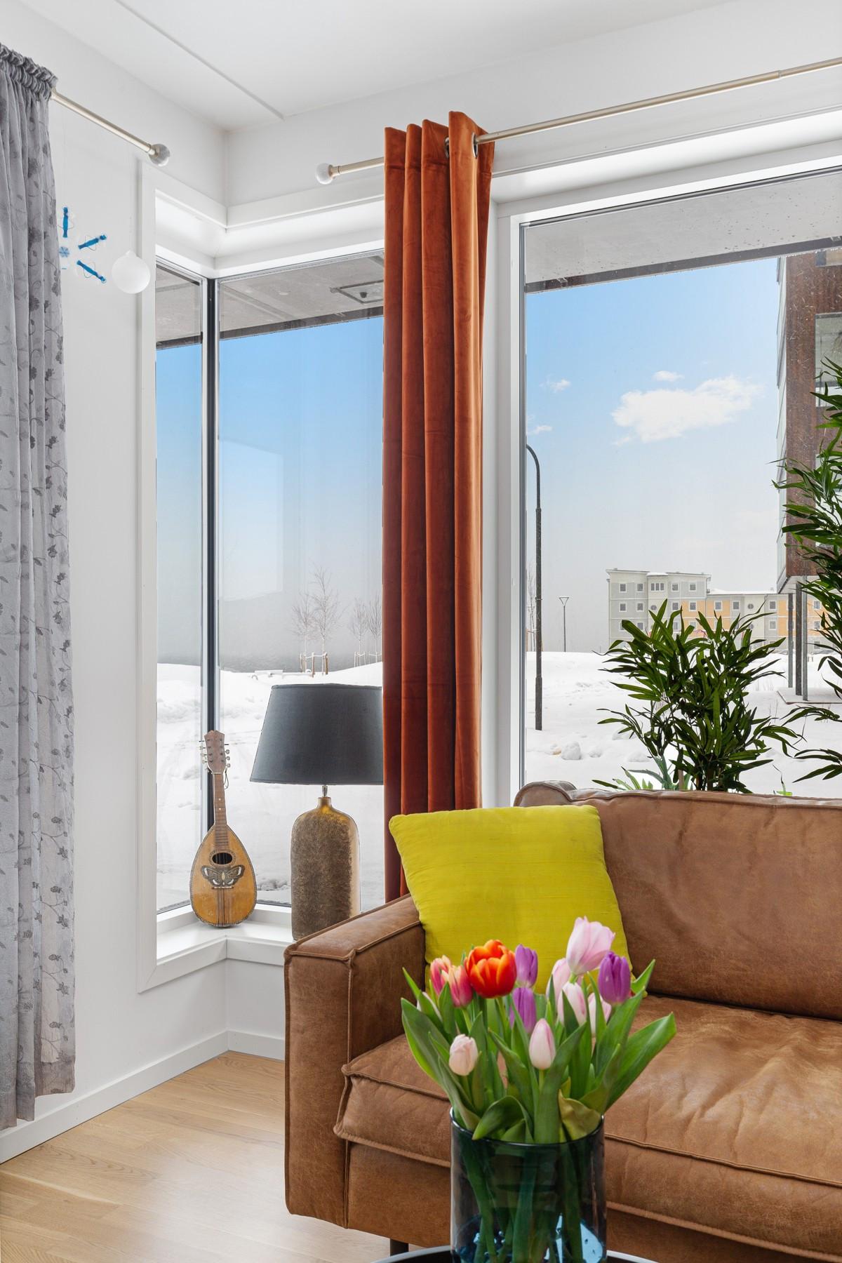 Store vindusflater gir rikelig med lysinnslipp