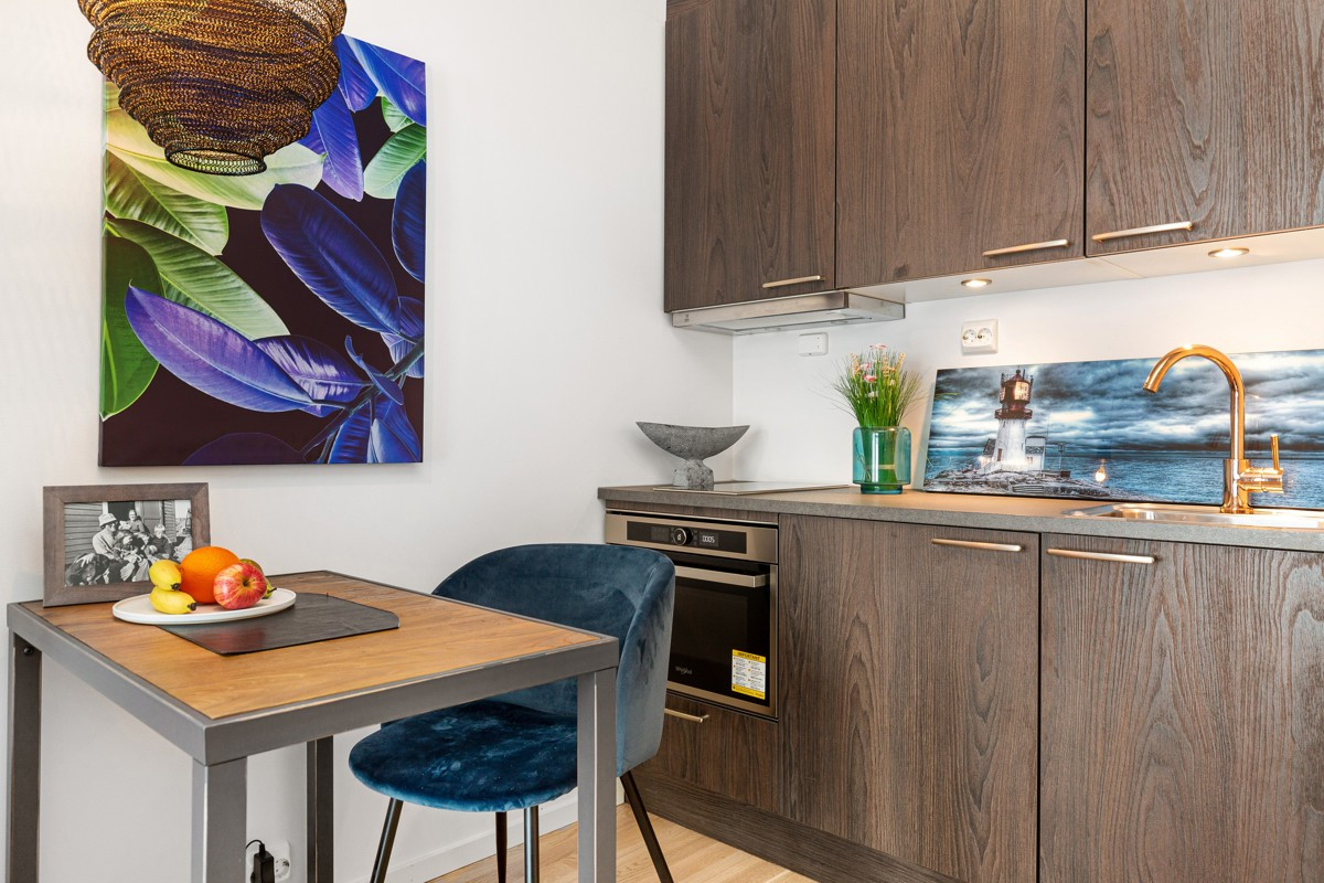 Integrerte hvitevarer og gullkran på oppgradert kjøkken