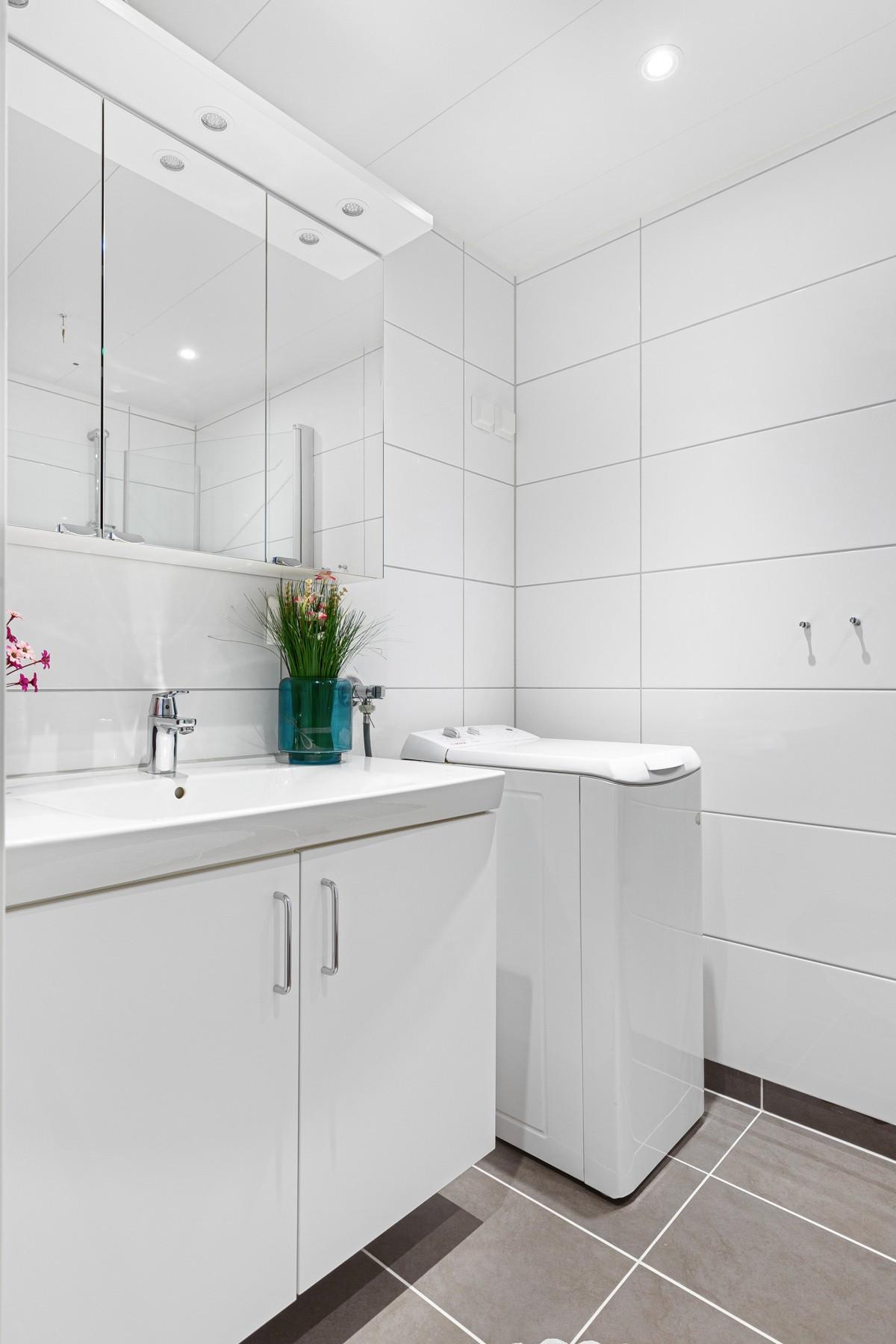 Moderne bad/wc, dusjhjørne og servant - rom for vask/tørk