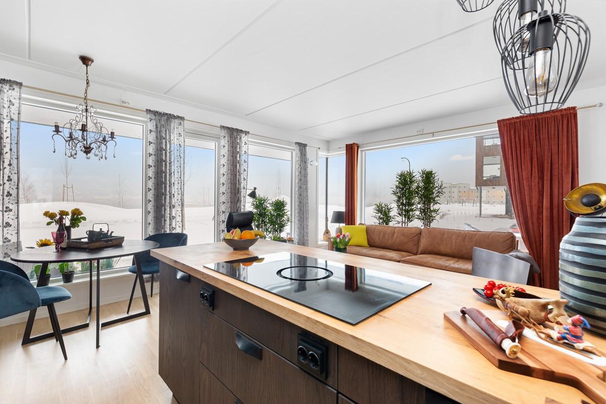 Spiseplass i tilknytning til kjøkken - her kan man nyte utsikten på 1. rad!