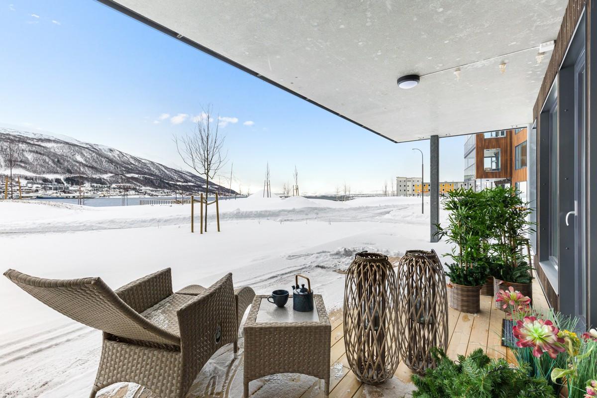 I front med fantastisk utsikt fra stue, soverom og hybel/kontor er det utgang til terrasse på 46 kvm