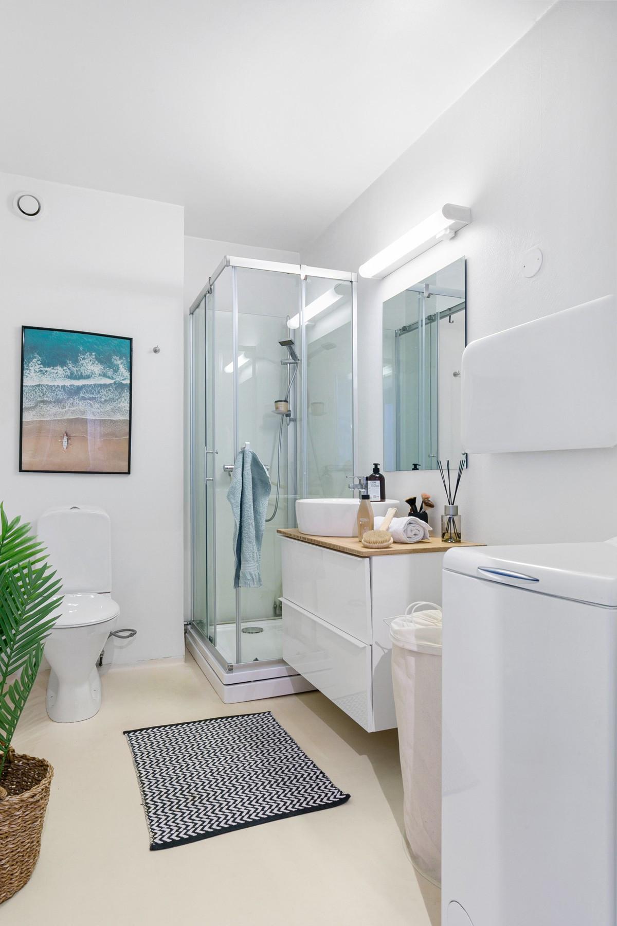 Her er det dusjkabinett, wc, servant og rom for vask/tørk