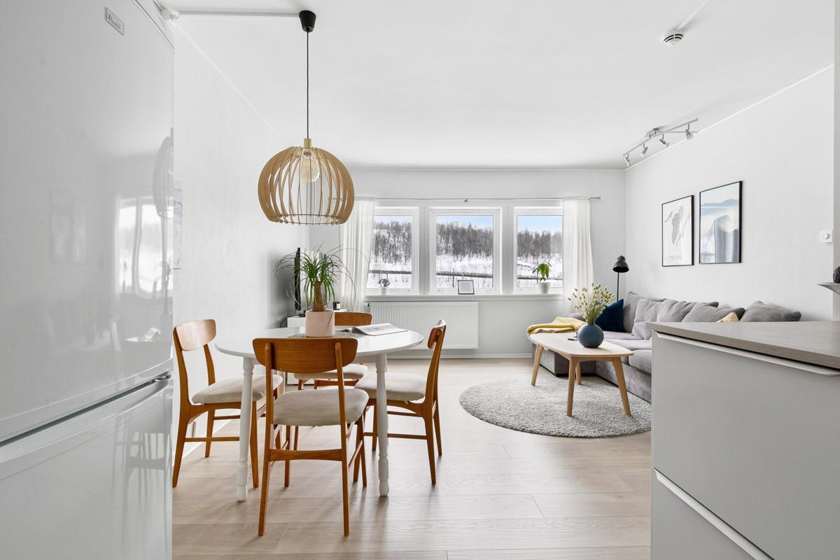 God plass for spiseplass i mellom stue og kjøkken