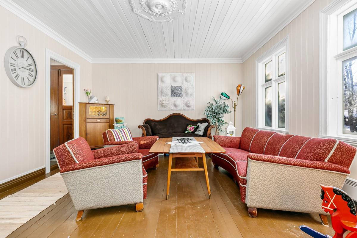 Sjarmerende stue i huset fra 1920 - de fleste overflater er fornyet den senere tid