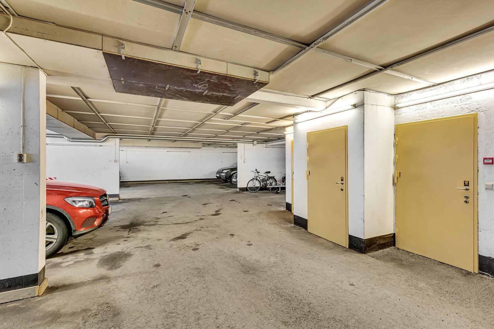 Til boligen er det egen plass i felles garasjeanlegg