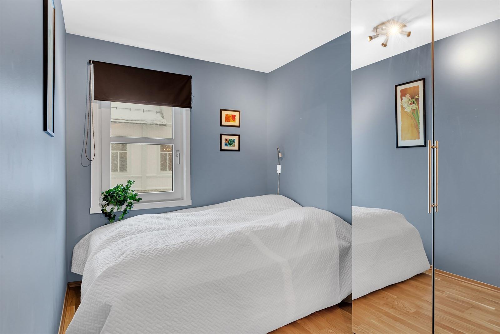 Soverommene er fordelt med 2 opp mot Parkgata og 1 ned mot byen