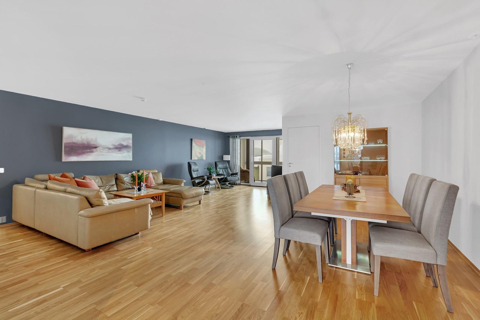 Leiligheten har en meget romslig stue med plass til daglig, TV og spisestue
