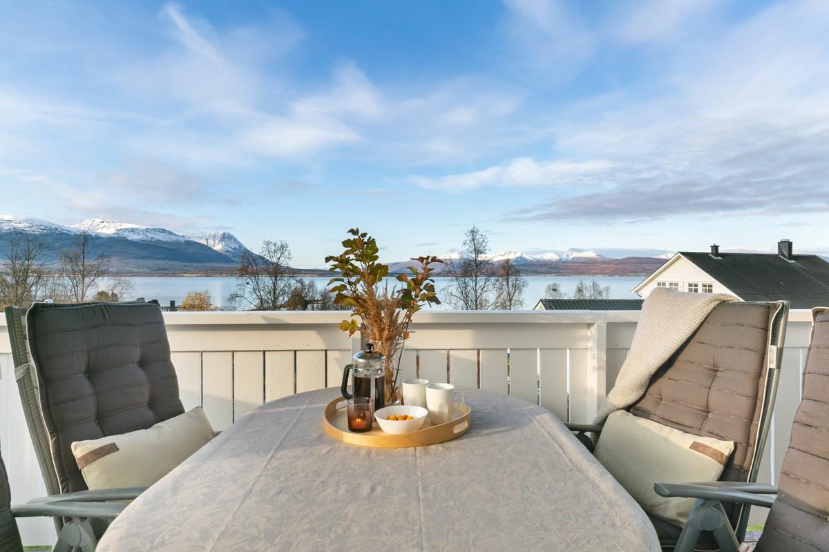 Fantastisk utsikt og gode solforhold på veranda