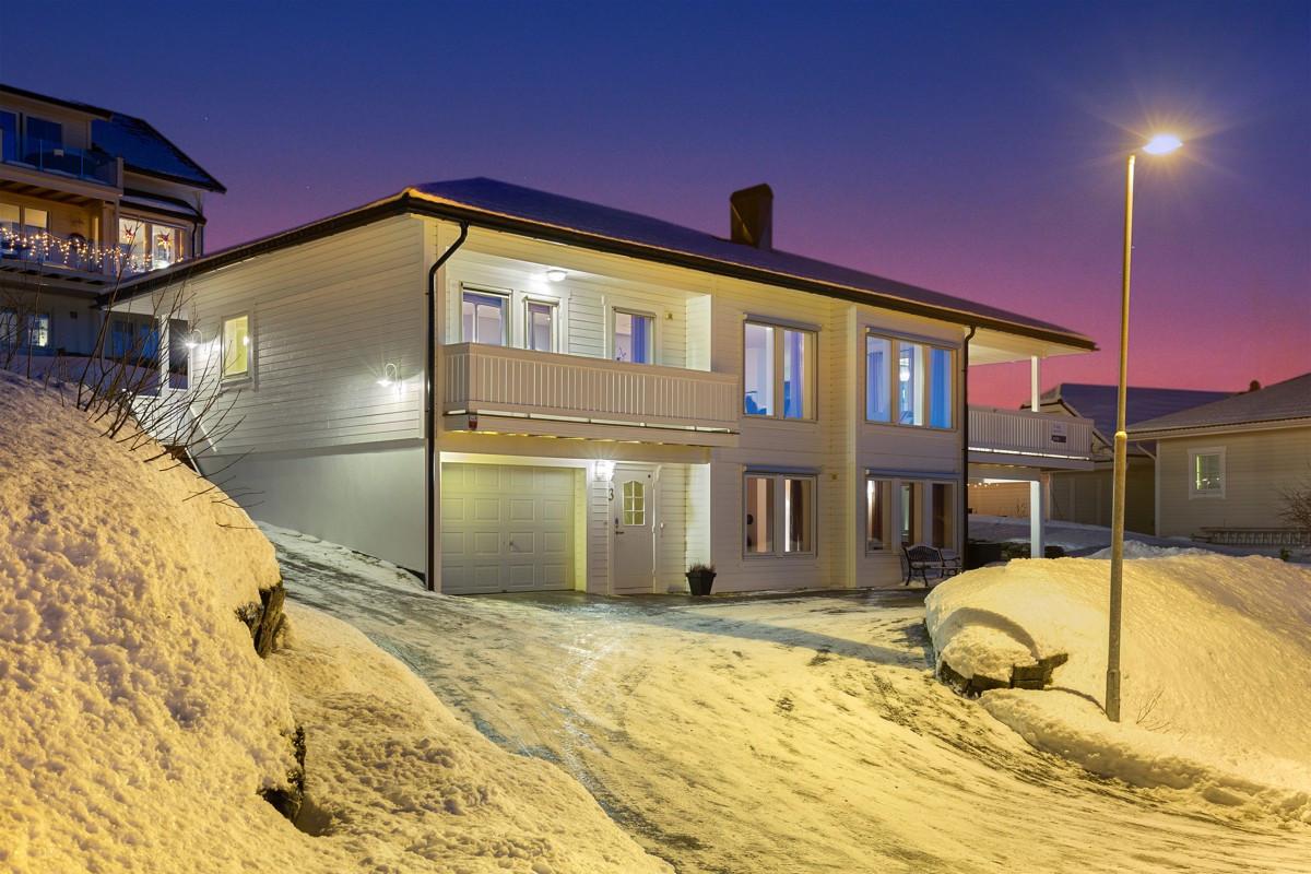 Meget fin og romslig enebolig i et familievennlig boligområde på Holmslett!