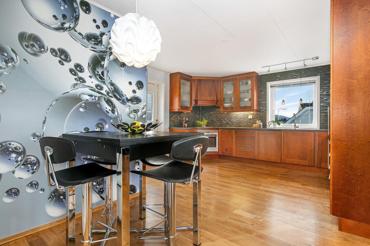 Elegant bord med barstoler ved kjøkken