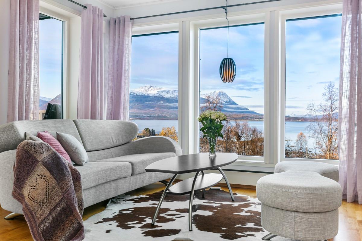 Nydelig utsikt mot sjø og fjell fra stue