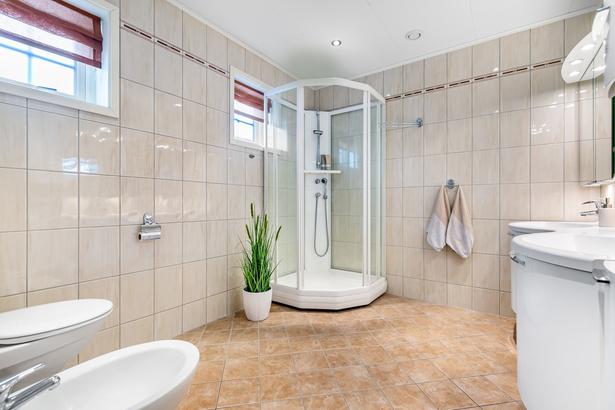 Komplett flislagt bad med gulvvarme i 2. etasje