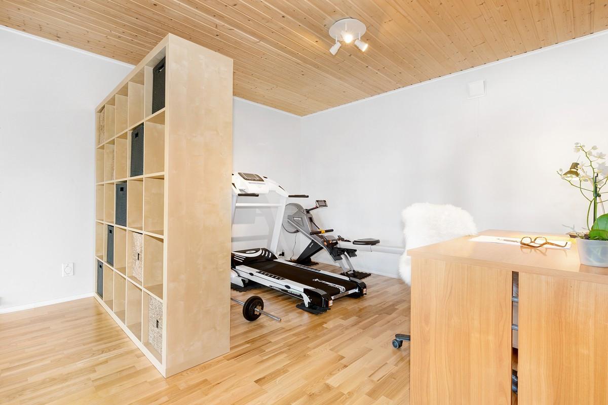 Disponibelt rom som kan brukes til treningsrom eller kontor - Klargjort for kjøkken i vegg mot bad