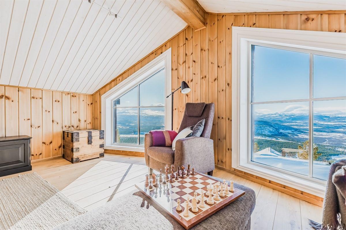 Loftsstue med flott utsikt, romslig plass og kan benyttes som ekstra soveplass om behov