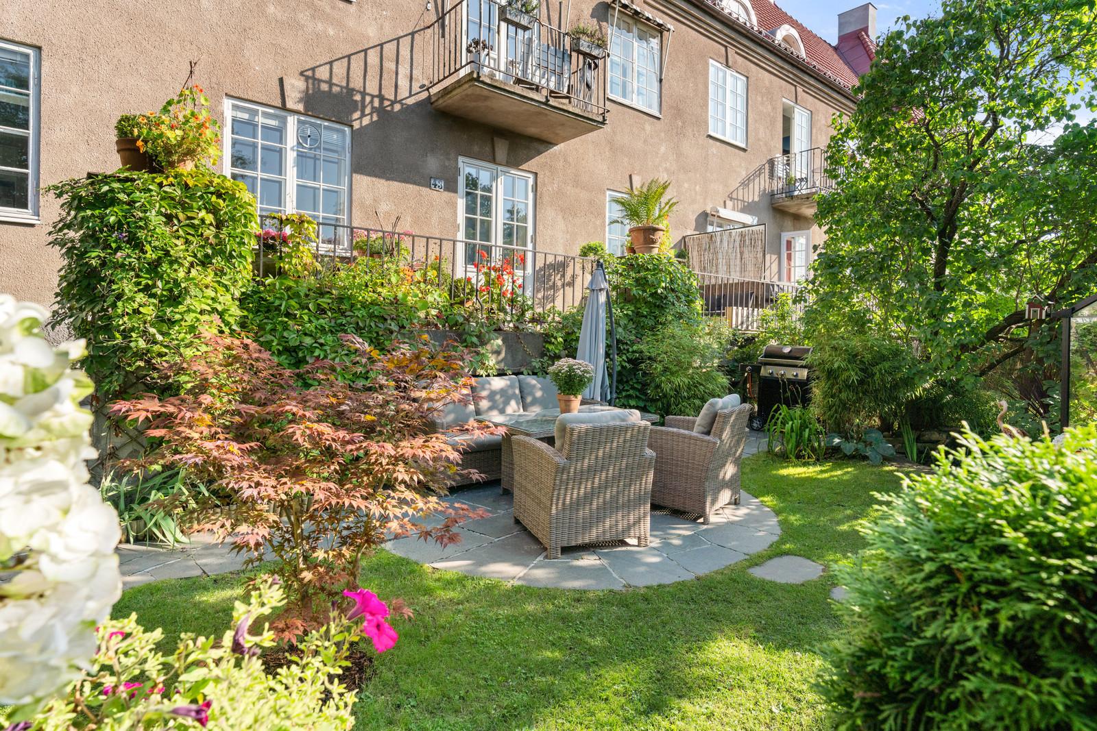 Leiligheten har terrasse og hage rett ut fra stua