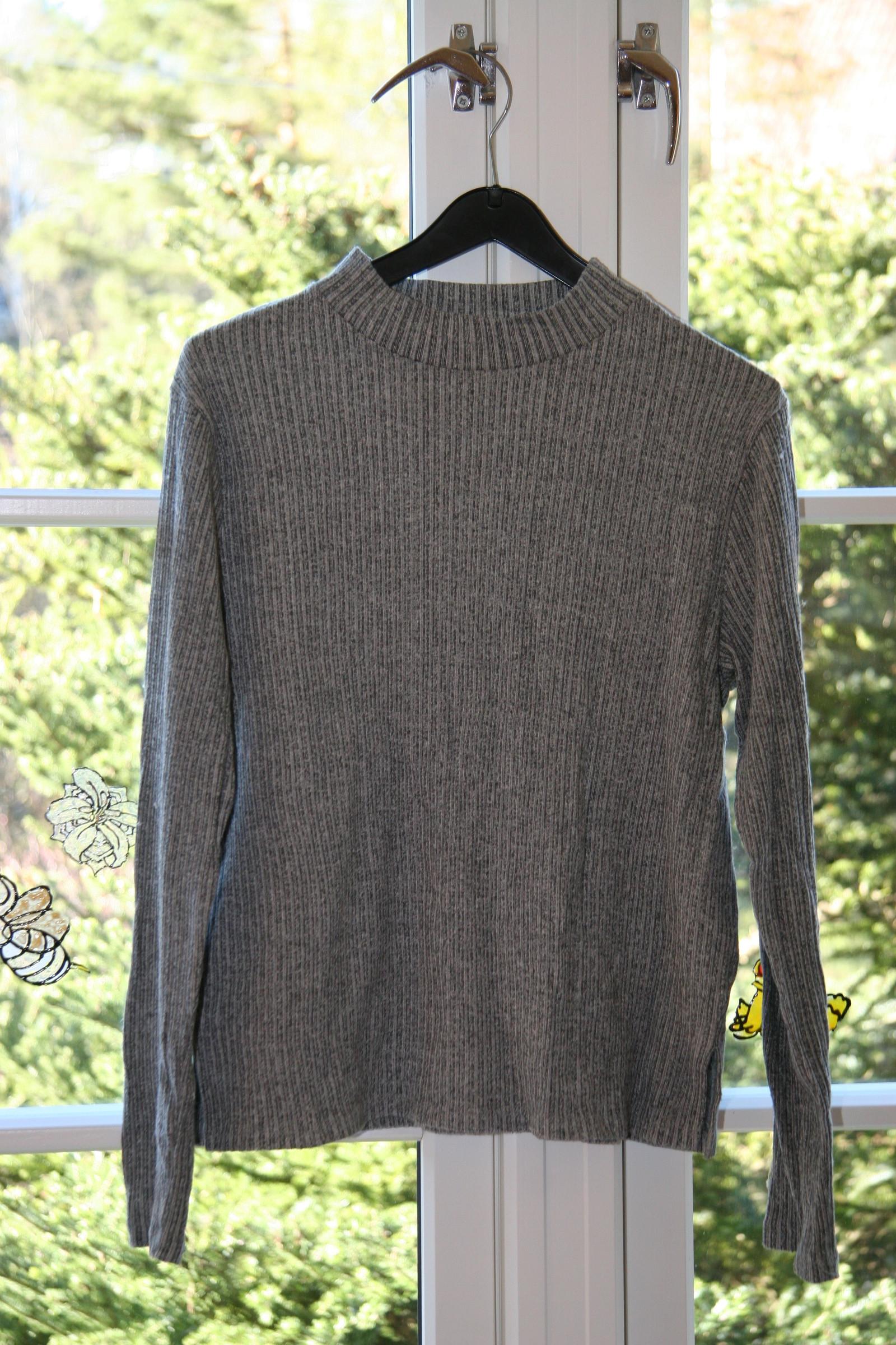 Stilig tynn gråstripete genser størrelse M | FINN.no