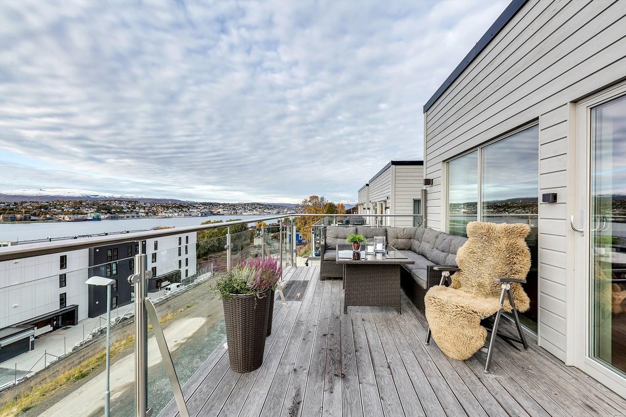 Stor vestvendt terrasse. Montert skillevegger som kan trekkes ut på begge sider.