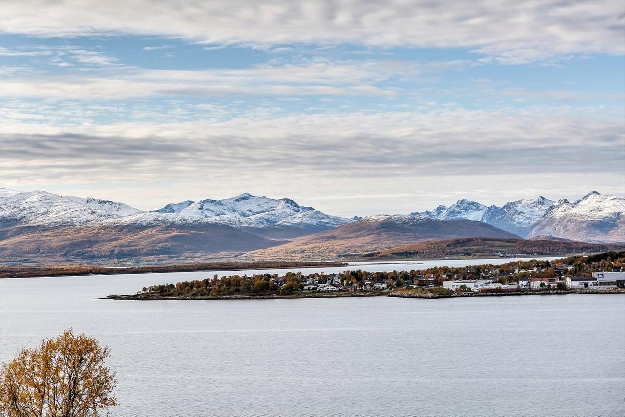 Fantastisk utsikt mot Tromsøya, Tromsøysundet og fjellene på Kvaløya