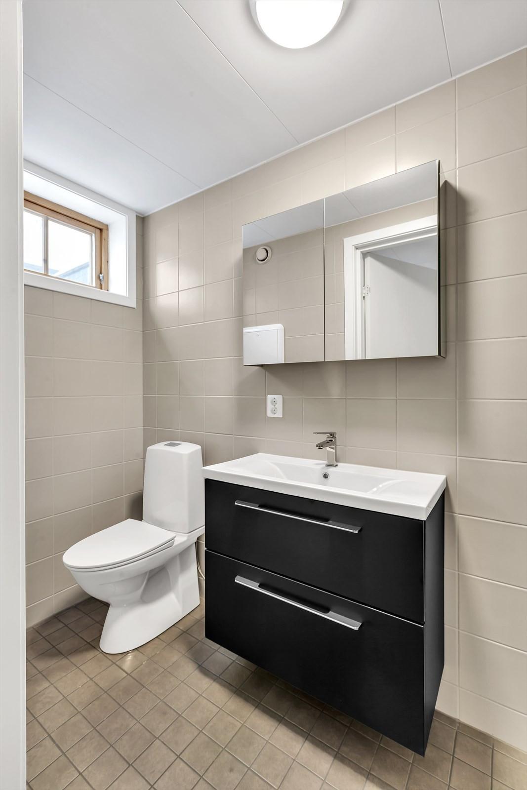 Flislagt badrom m/ varmekabler og moderne innredninger.