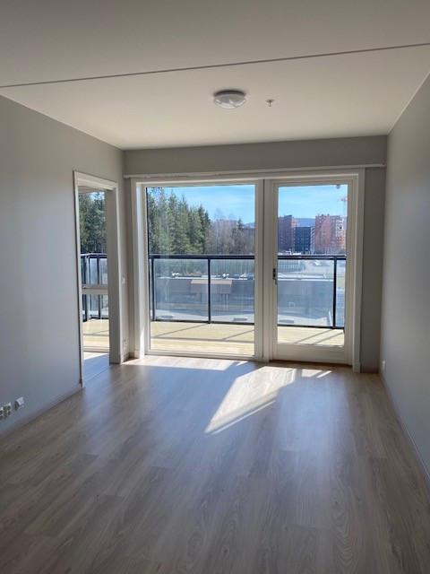 Stue med store vindusflater med masse lysinnslipp.