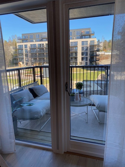 Utsyn mot balkong fra stue