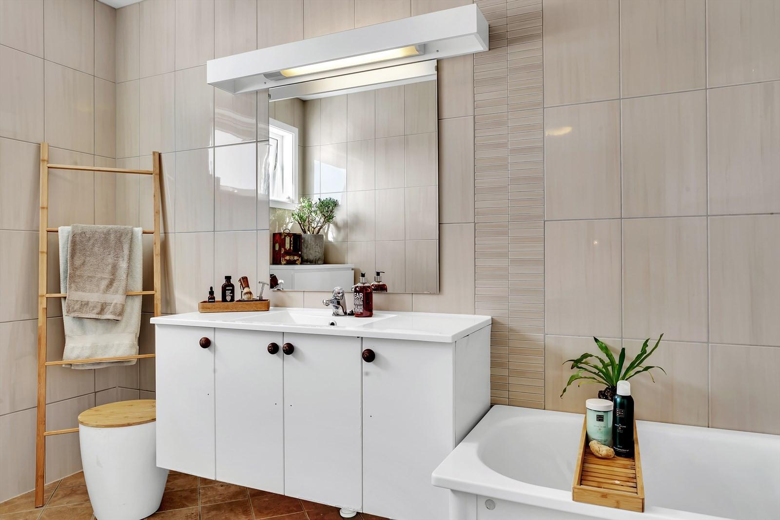 Badrom plan 3  har badekar og toalett. Komplett flislagt på gulv og vegg.