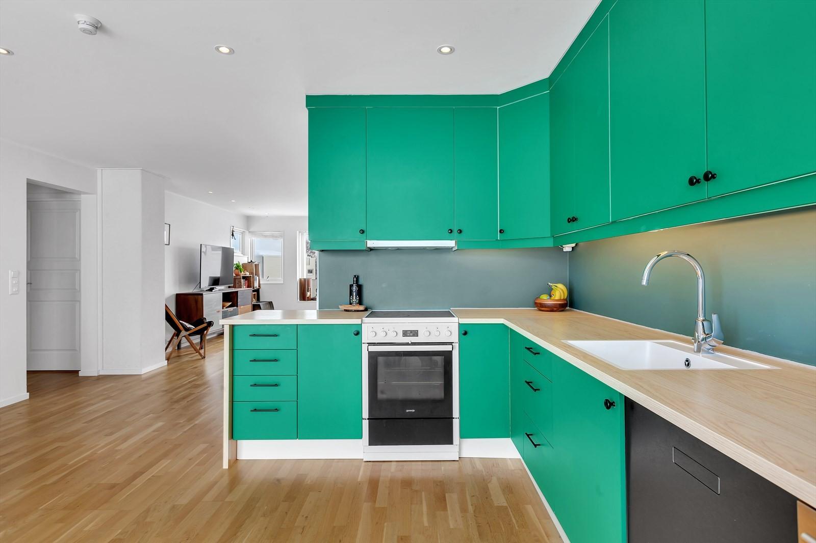 Kjøkken har nyere benkeplate, vask og blandebatteri.