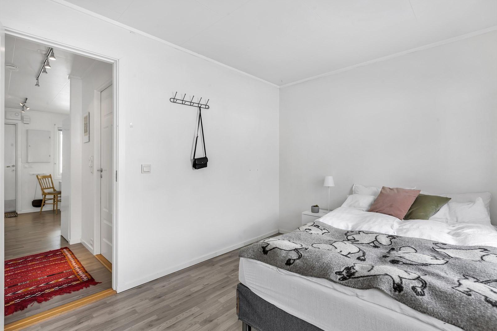 Soverom 2 er også av god størrelse og har tilbaketrukket beliggenhet i leiligheten