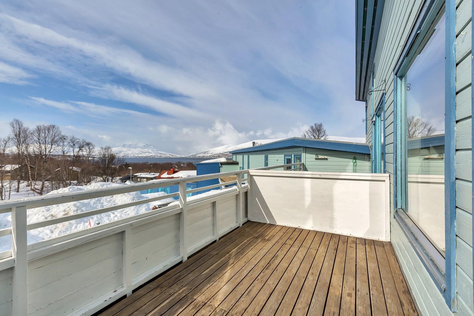 En boligens beste fasiliteter er den store sørvendte verandaen. Her nytes sol og sikt store deler av dagen