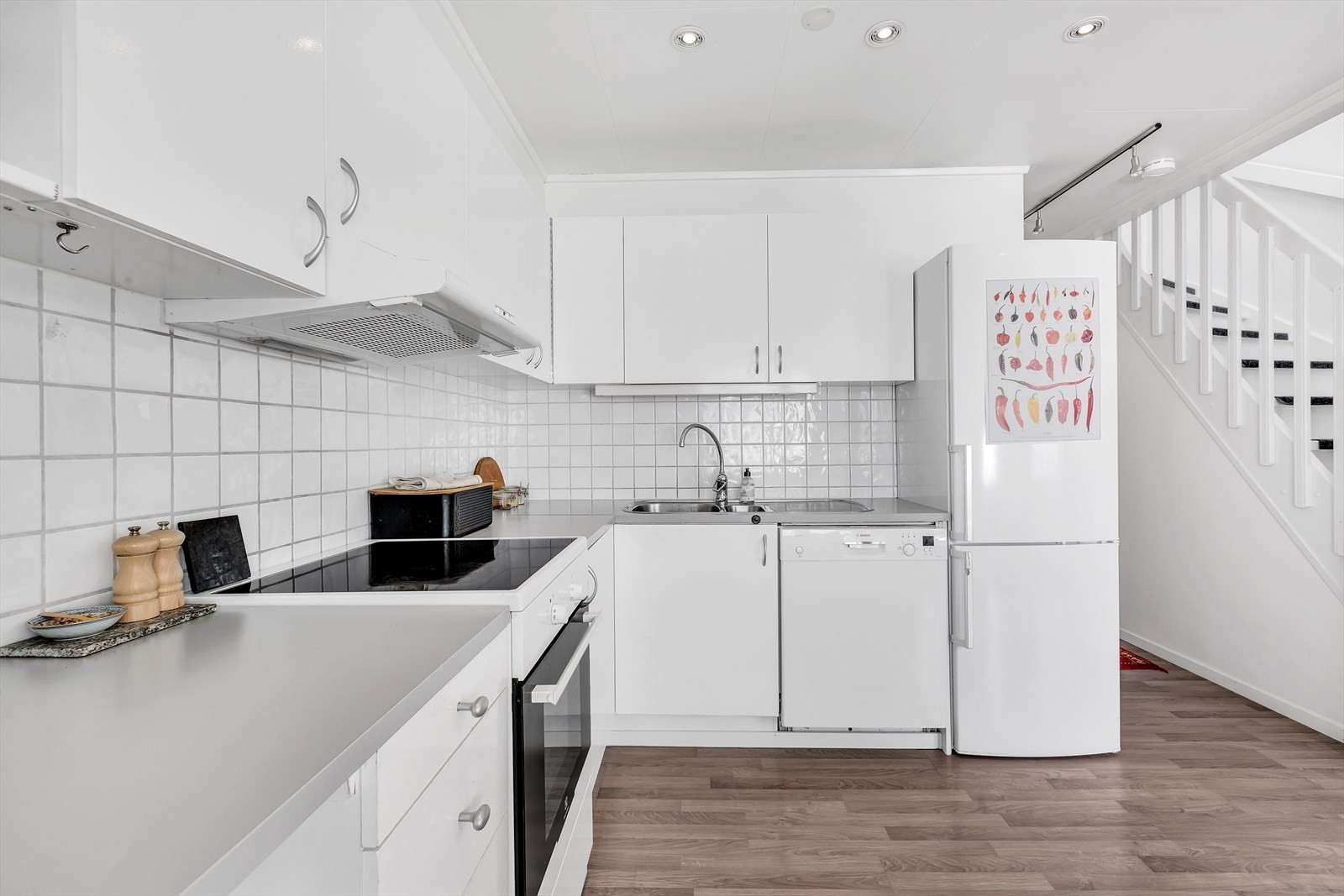 Fliser og kjøkkenbenk og innfelt belysning i tak