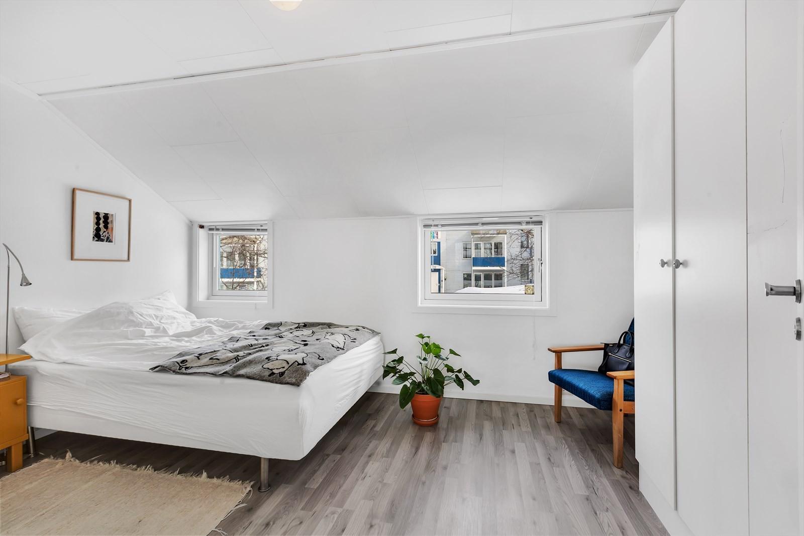 Soverommet er av fin størrelse og rommer fint en dobbeltseng m.m.