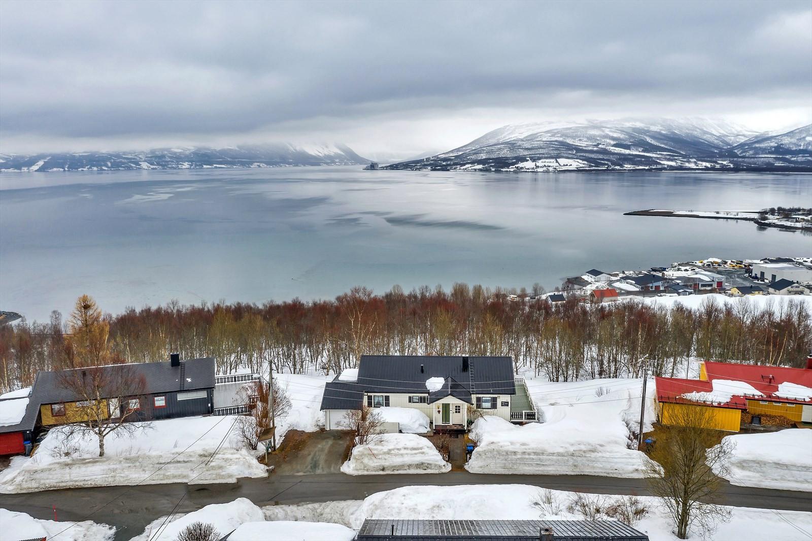 Boligen har stor tomt og fin utsikt over Balsfjorden